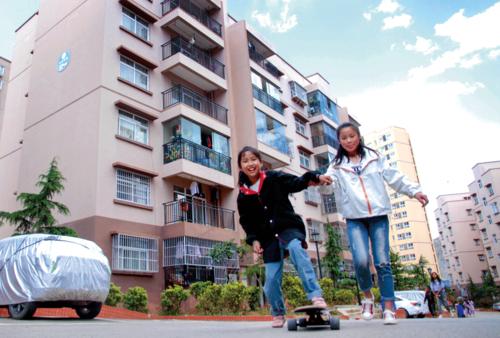 图为威宁小康馨区搬迁进城的孩子们在高兴地玩滑板,几乎在每个安置点,孩子们总是对进城最满意的群体。.png